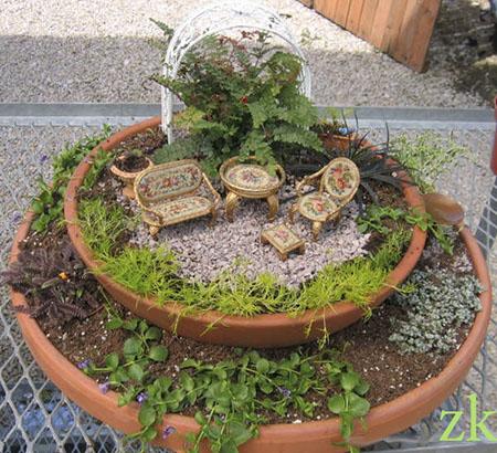 Садовая мебель в композиции из двух горшков