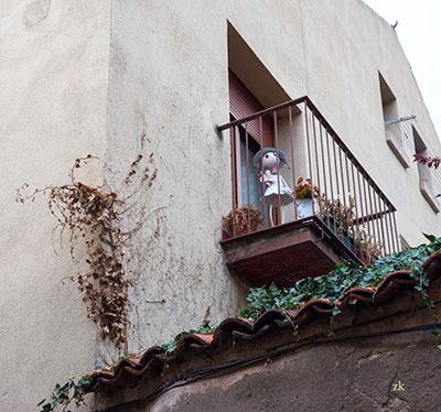 кукла на балконе