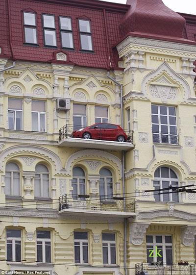 машина на балконе1