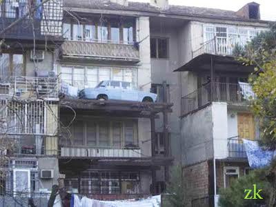 машина на балконе3