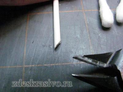 54-Снимите носик с зубочистки и обрежьте по косой ножницами,чтобы получился верх носика.