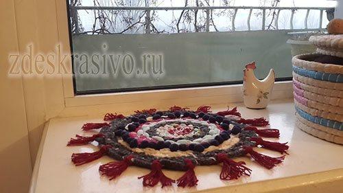 Pleteny_kovrik_na_podokonnike