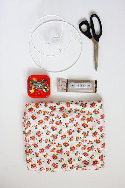 Чтобы сделать абажур на резинке, нужны ножницы, ткань, булавки и каркас