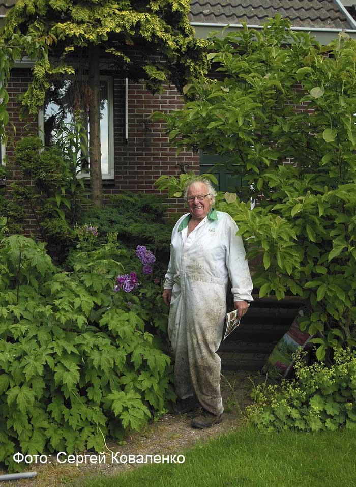 Голландский пенсионер, ухаживающий за своим садиком