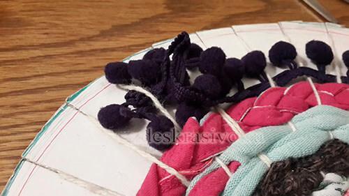 Тесьма с помпонами в коврике