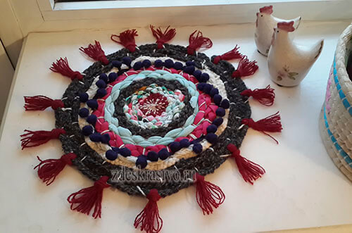 Плетеный коврик с тесмой