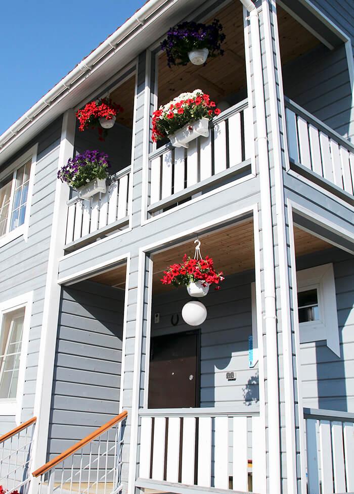 Оформление фасада дома с помощью балконных ящиков и подвесных корзин