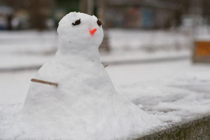 Слепите снеговика для новогоднего настроения
