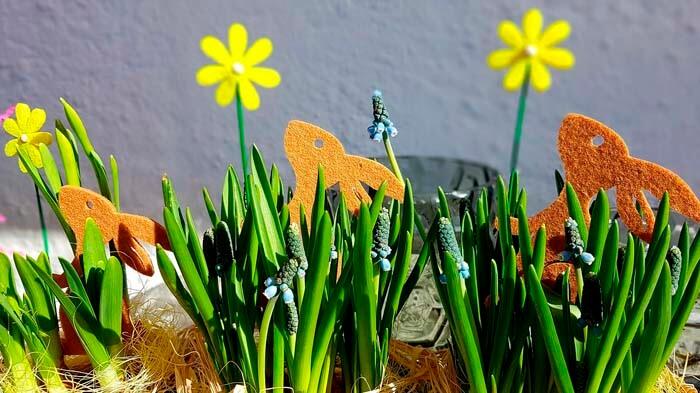 Кролики из фетра — украшение на Пасху с кроликами из фетра и мускари