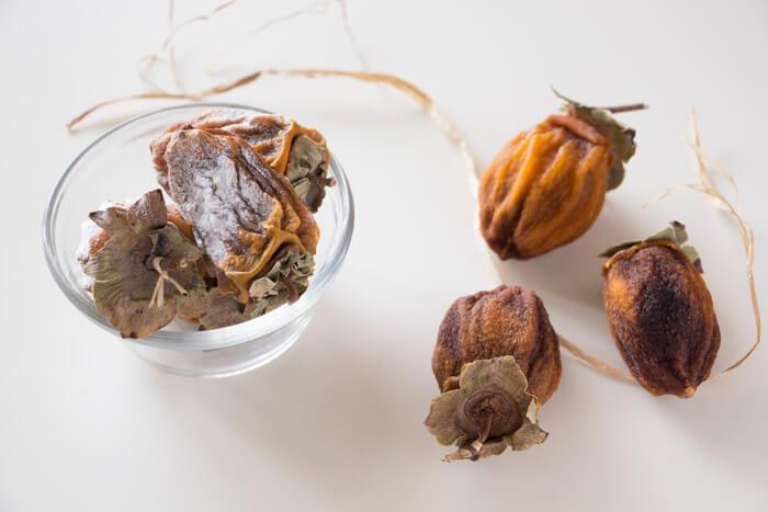 Сушеную хурму можно обсыпать мукой или сахарной пудрой