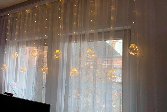 Как украсить штору гирляндой
