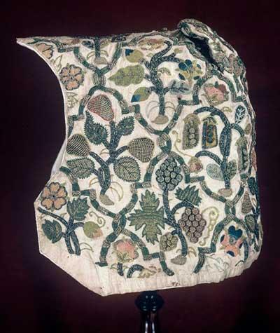 Виноградная лоза соседствует с горошком на чепце  — образец елизаветинской вышивки