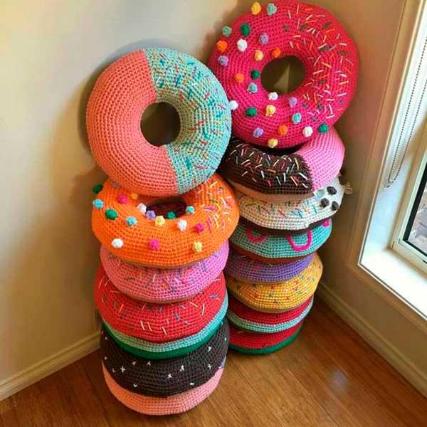 Вязание в интерьере дома — пончики подушки