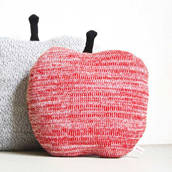 вязание в интерьере дома — яблочки подушки