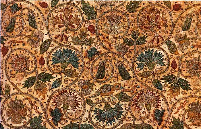 Золотые завитки елизаветинской вышивки — символ древа жизни